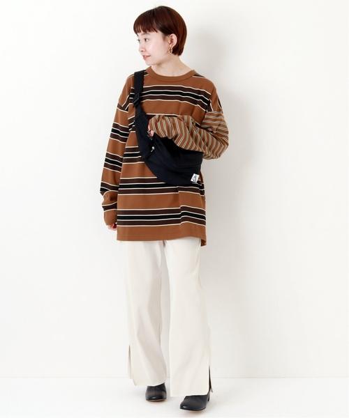 棕色複合橫條紋上衣搭配側邊開叉白色長褲