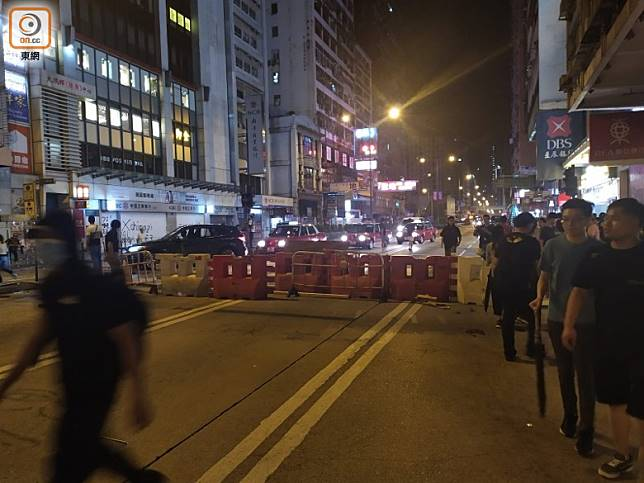 示威者常堵塞馬路,的士及小巴司機生計大受影響。