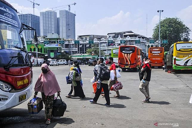 Dokumentasi - Sejumlah pemudik bersiap menaiki bus di terminal Bekasi, Jawa Barat, Kamis (23/4/2020). ANTARA FOTO/ Fakhri Hermansyah/aww.