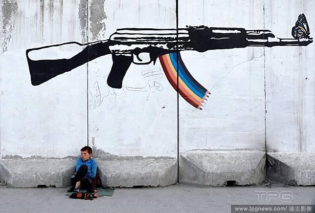步槍下的小男孩