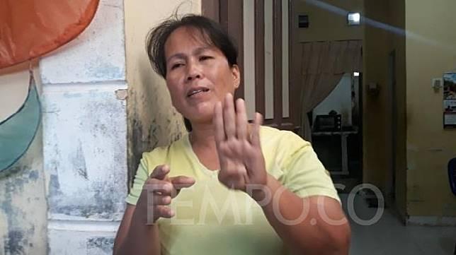 Herlina (46) Orang tua siswa SMP 21 Batam yang terancam dikeluarkan karena tidak hormat bendera, Rabu, 27 November 2019. TEMPO/YOGI EKA SAHPUTRA