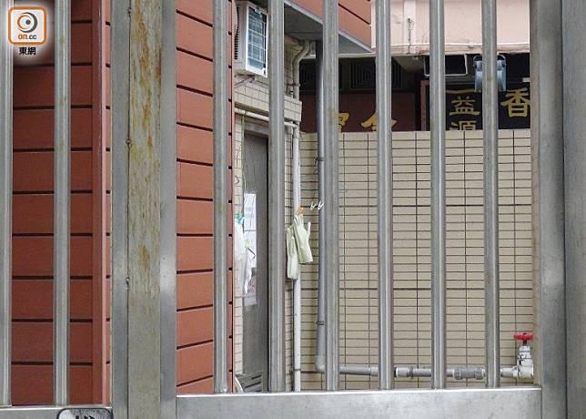康強街公廁下層儲物倉內有冷氣房,長時間關門。