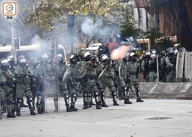 警員在全港多區多次施放催淚彈。