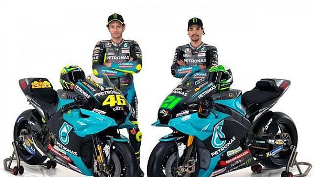 Pembalap Petronas Yamaha SRT, Valentino Rossi dan Franco Morbidelli, memamerkan motor baru untuk balapan MotoGP 2021, Senin (1/3/2021). (Twitter/Petronas SRT)