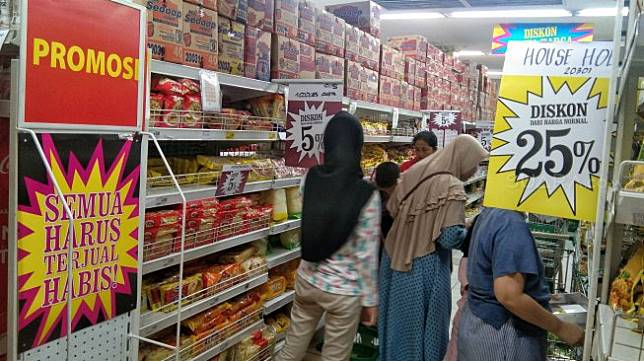 Warga berbelanja di gerai Giant Ekspres Mampang Prapatan, Minggu (23/6). [Suara.com/Muhaimin A Untung]