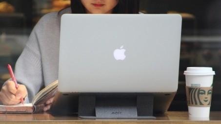 「阿滴英文」也愛用的筆電支架:MOFT 世界首款隱形筆電支架