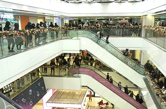 人群淘大商場「和你唱」聚集。港台截圖