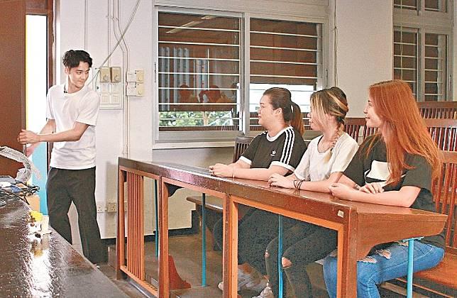 余德丞扮老師授課。