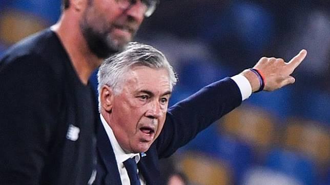 Pelatih Napoli, Carlo Ancelotti memberi arahan kepada anak asuhnya saat menghadapi Liverpool padababak penyisihan Grup E Liga Champions 2019/20 di Stadion San Paolo, Italia, Rabu (18/9/2019). (Alberto PIZZOLI / AFP)
