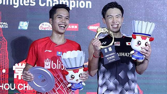 Anthony Sinisuka Ginting (kiri) dan  Kento Momota seusai final China Open 2019 BWF World Tour Super 1000. Badmintonindonesia.org