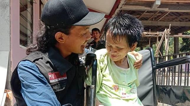 Relawan bernama Ardian Kurniawan Santosa saat berbincang dengan Sukiyah, perempuan yang tidak pernah mandi selama 27 tahun. (Foto dok. istimewa/relawan)