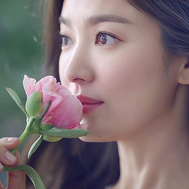 宋慧喬代言的護膚品牌今日公開她的新廣告照。