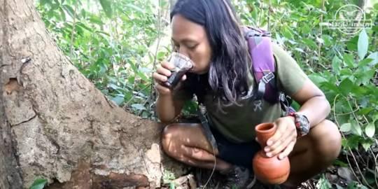 Viral Video Mukbang Sesajen. Channel YouTube dede inoen ©2020 Merdeka.com