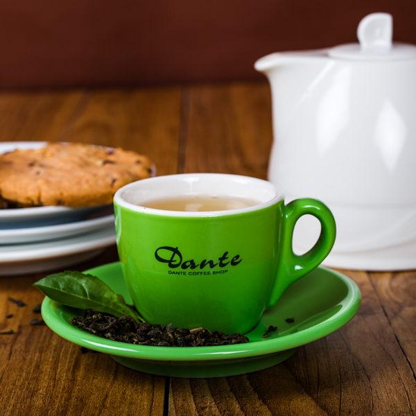 南投民間鄉輕發酵烏龍茶與蒸菁綠茶,加入桂花調和。茶色清透、茶味甘潤,丹堤獨家研發、消暑解渴聖品。