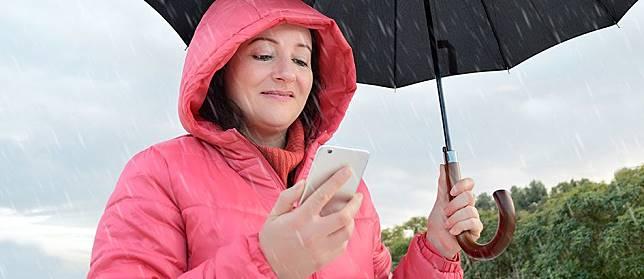 Benarkah Pake Smartphone Saat Hujan Badai Bisa Tersambar Petir?