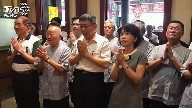 柯文哲與妻子陳佩琪前往台南正統鹿耳門聖母廟參拜。圖/TVBS