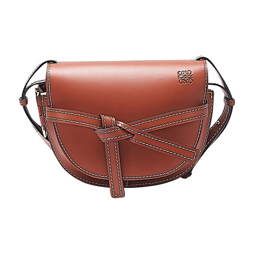 This small Gate bag bears the signature style details of the Loewe ready-to-wear brand. A sophistica
