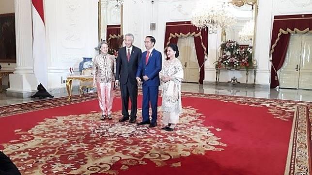 Presiden Joko Widodo atau Jokowi saat menyambut Perdana Menteri Singapura, Lee Hsien Loong bersama istri di Istana, Minggu (20/10/2019). (Suara.com/Ummi Hadyah Saleh)