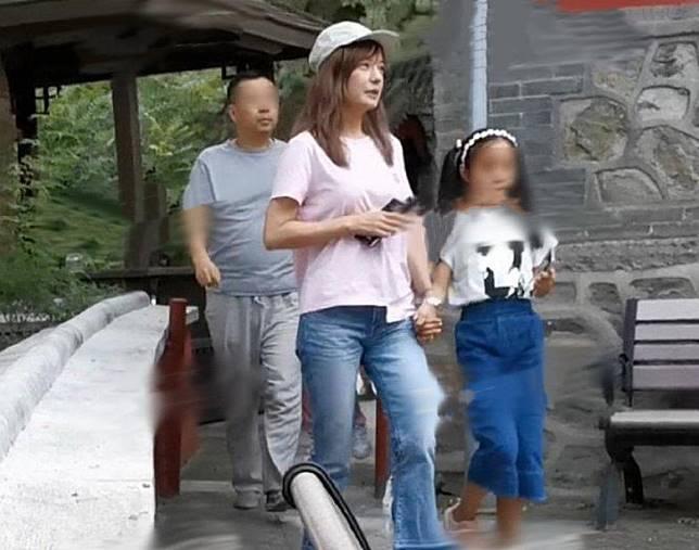 早前趙薇陪囡囡放暑假,爭取時間享親子樂,兩母女在北京行山時被捕獲。