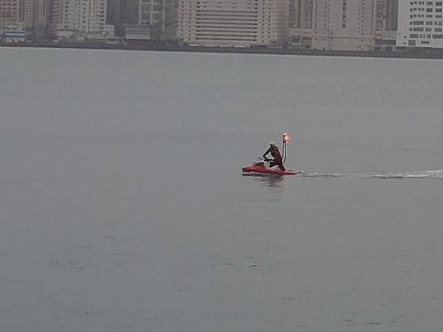 船上兩男一女刖先後由消防處救生水上電單車救起。