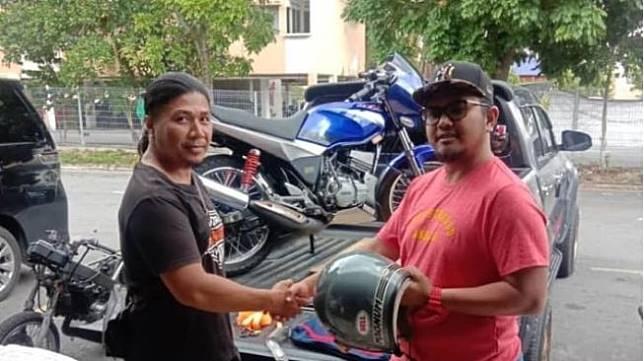 Motor ditukar helm (Facebook/Popka Zul)