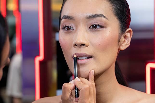 步驟二:用上Precision lip liner慢慢勾劃理想唇形,清晰地限制之後上唇膏的範圍。如果嘴唇不太厚,可以稍微畫出唇的外緣,令妝感更豐盈。