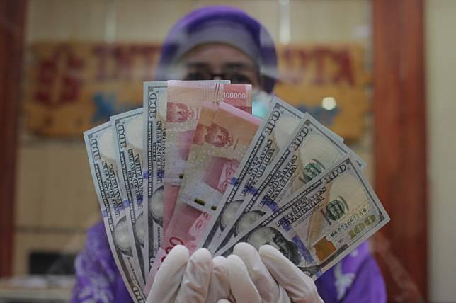 Rupiah and United States dollar bills.
