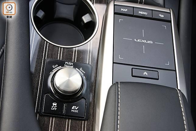 駕駛模式切換鍵組設於波棍台的左下方,方便又就手。(盧展程攝)