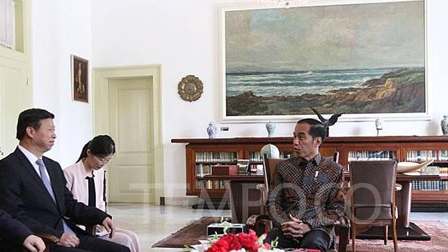 Presiden Jokowi (kanan) mengadakan pertemuan dengan Kepala Politik Biro Hubungan Internasional dan Luar Negeri Partai Komunis Cina (PKC) Song Tao, di Istana Kepresidenan Bogor, Jumat, 20 September 2019. Dalam pertemuan ini dibahas kerja sama bilateral di bidang perdagangan dan investasi. TEMPO/Subekti.