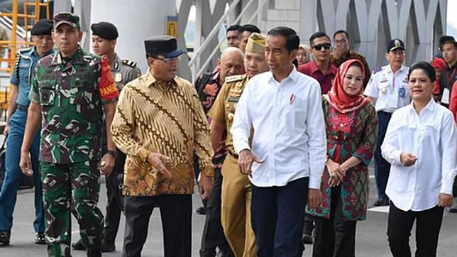 Presiden Joko Widodo dan Menteri Perhubungan Budi Karya Sumadi tiba di Lampung untuk menghadiri sejumlah kegiatan, 8 Maret 2019. Foto: Laily Rachev - Biro Pers Sekretariat Presiden