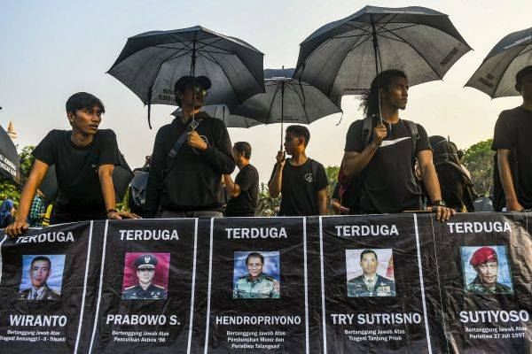 Aktivis Jaringan Solidaritas Korban untuk Keadilan menggelar aksi Kamisan di seberang Istana Merdeka, Jakarta, Kamis (7/11/2019)