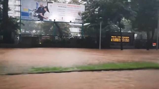 Banjir di depan Atmajaya. (@tiarapphoto)