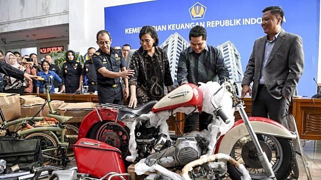 Menteri Keuangan Sri Mulyani (kedua kiri) bersama Menteri BUMN Erick Thohir (kedua kanan) dan Dirjen Bea Cukai Kemenkeu Heru Pambudi (kiri) melihat barang bukti motor Harley Davidson saat konferensi pers terkait penyelundupan motor Harlery Davidson dan sepeda Brompton menggunakan pesawat baru milik Garuda Indonesia di Kementerian Keuangan, Jakarta, Kamis (5/12). [ANTARA FOTO/Hafidz Mubarak A]