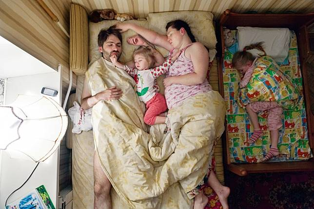 Tidur bersama anak (brightside.me) Artikel ini telah tayang di Tribunstyle.com dengan judul 7 Perlakuan Suami pada Istri yang Hamil Saat Tidur, Diam-diam Dipotret, Hasilnya Mencengangkan!, http://style.tribunnews.com/2017/04/10/7-perlakuan-suami-pada-istri-sedang-hamil-saat-tidur-diam-diam-dipotret-hasilnya-mencengangkan?page=all&_ga=2.256137736.289374344.1525233570-1901692863.1521611343. Penulis: Mohammad Rifan Aditya Editor: Dimas Setiawan Hutomo