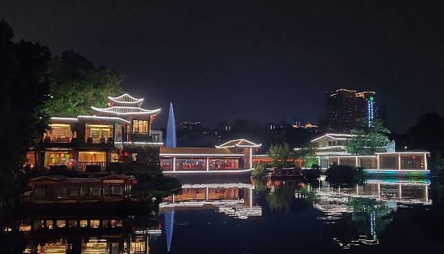 荔灣湖的夜景也十分的好看,配合燈飾構成畫。(受訪者提供)