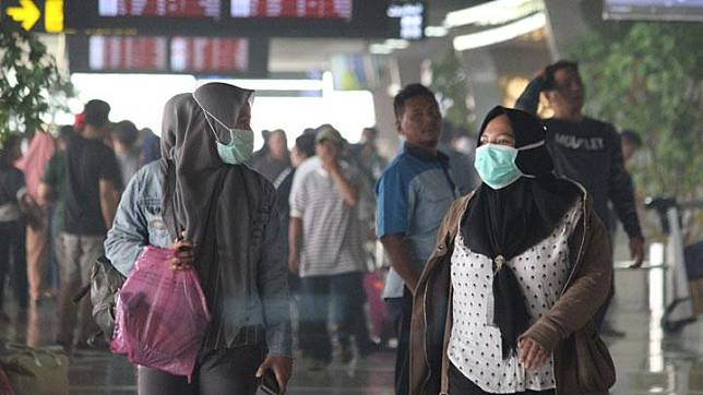 Sejumlah penumpang mengenakan masker di Bandara Supadio di Kabupaten Kubu Raya, Kalimantan Barat, Minggu, 15 September 2019. Sebanyak 19 penerbangan keberangkatan dan 18 penerbangan kedatangan yang dibatalkan Bandara Internasional Supadio Pontianak karena jarak pandang. ANTARA