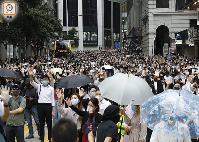 約1000名市民響應在中環畢打街堵路。(黃偉邦攝)