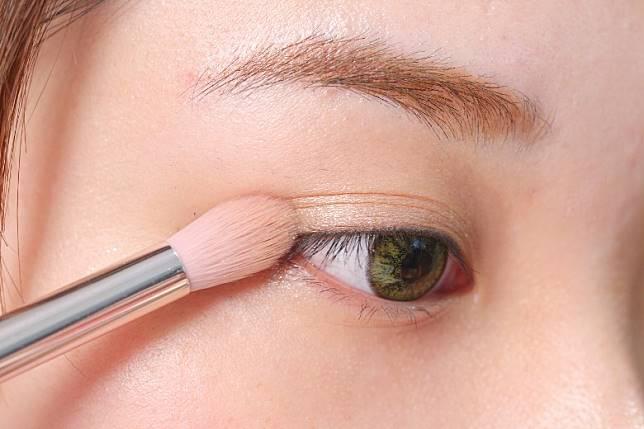 Step 1:在上眼瞼用淺色眼影打底。(胡振文攝)