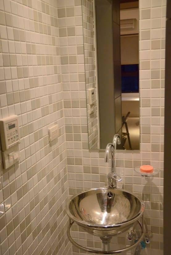 簡單北歐風的花磚浴室