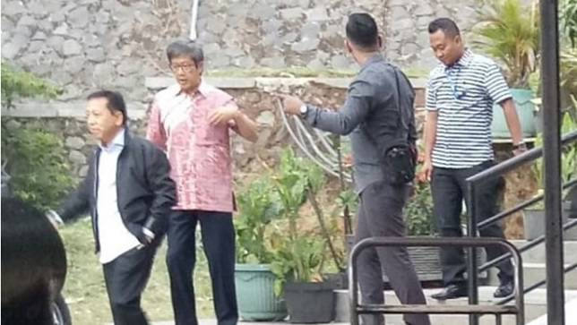 Mantan Ketua DPR-RI, Setya Novanto di rest area kilometer 97 Tol Purbaleunyi arah Jakarta. (Foto: Twitter @MuhammadRahInd3)