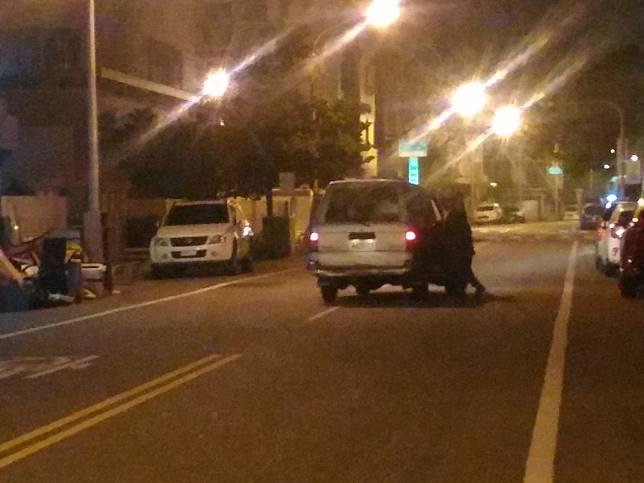 車禍發生後,涉嫌肇事廂型車停在台南市東區裕豐三街。記者黃宣翰/攝影