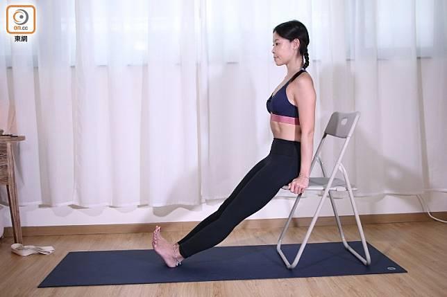 如果可以輕鬆做到單腳伸展的話,不妨試做雙腳伸展。(盧展程攝)