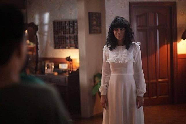 Gaya rambut dan dress putih khas Suzzanna maksimalkan penampilan Luna Maya