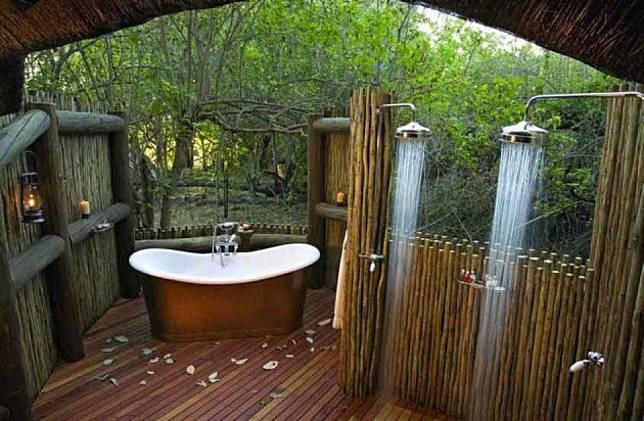 Shower Pada Area Outdoor yang Menyatu dengan Alam Sekitar