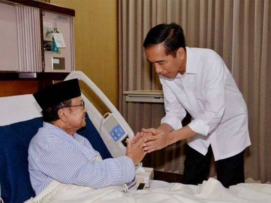 Presiden Joko Widodo (kanan) menyalami Presiden ke-3, BJ Habibie (kiri) yang sedang dirawat di RSPAD.