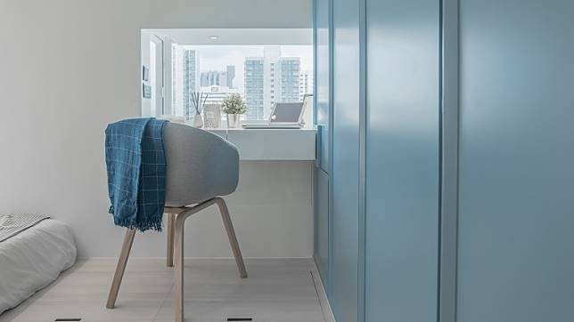設計師善用睡房床尾位置的窗台,將之變成化妝台,女戶主可在此舒適化妝。(受訪者提供)