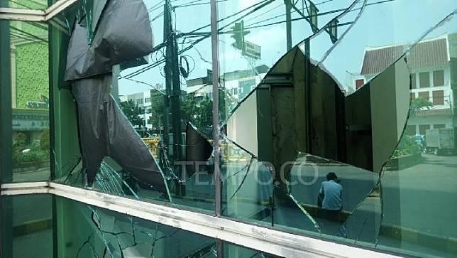 Kaca Pasar Tanah Abang, Jakarta Pusat, pecah akibat kerusuhan 22 Mei di pada Rabu dinihari 22 Mei. TEMPO/Taufiq Siddiq