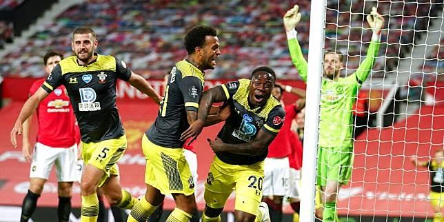 Michael Obafemi mencetak gol dalam laga Manchester United vs Southampton, Selasa (14/7/2020) (c) AP Photo