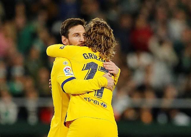 Pemain Barcelona Lionel Messi dan Antoine Griezmann. REUTERS/Marcelo del Pozo