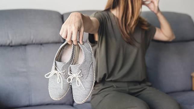 10 Cara Menghilangkan Bau Sepatu Tanpa Harus Dicuci, Simpel Banget